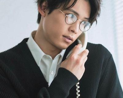 松村北斗のメガネ姿